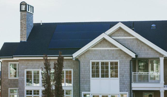 Hus med solcellepanel på taket