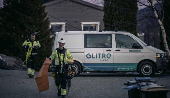 To montører på vei fra Glitre Energi Nett bil
